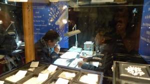 Jorge Juan comprando diamantes