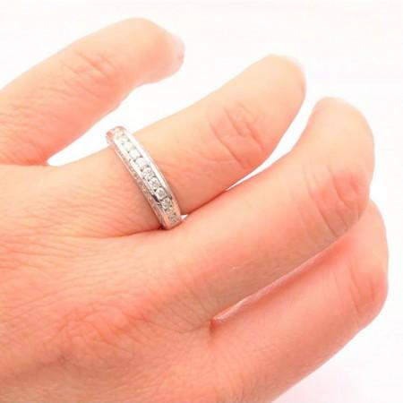 alianza de diamantes mano