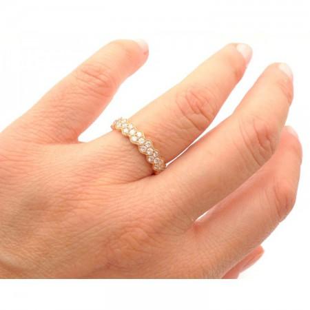 mano con anillo oro rosa