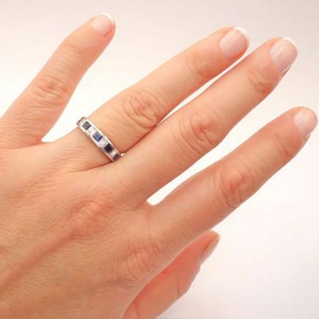 alianza de zafiros con diamantes mano