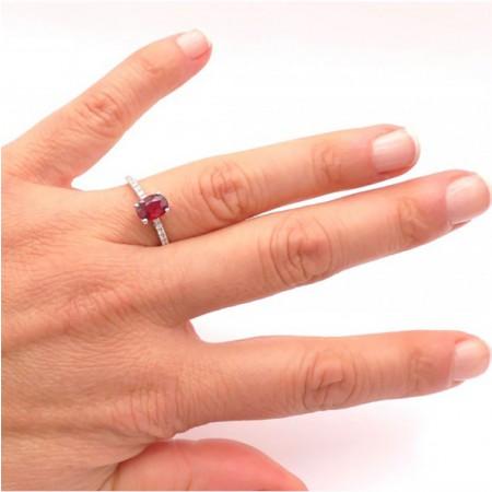 anillo rubi oval pequeño mano