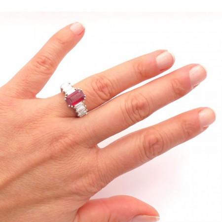 anillo rubi y baguettes mano