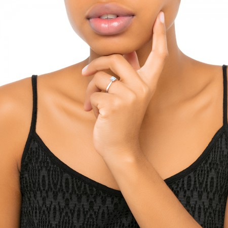 anillo solitario con diamante oro blanco mano VALENCIA SR 32.