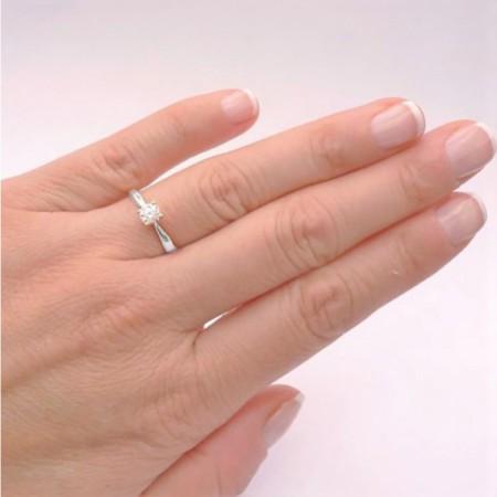 anillo en mano con brillante safed