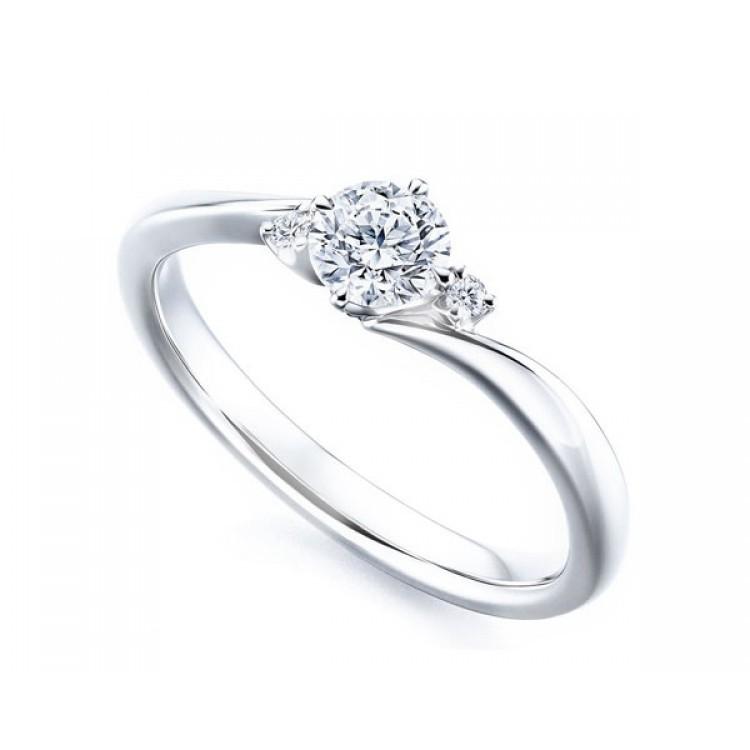"""Anillo """"Cibeles"""" con tres diamantes en oro blanco evocación a España"""