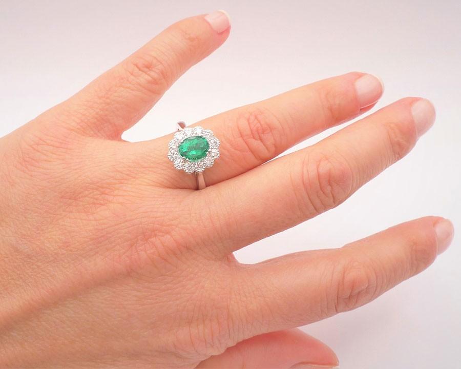 anillo de esmeralda clásico