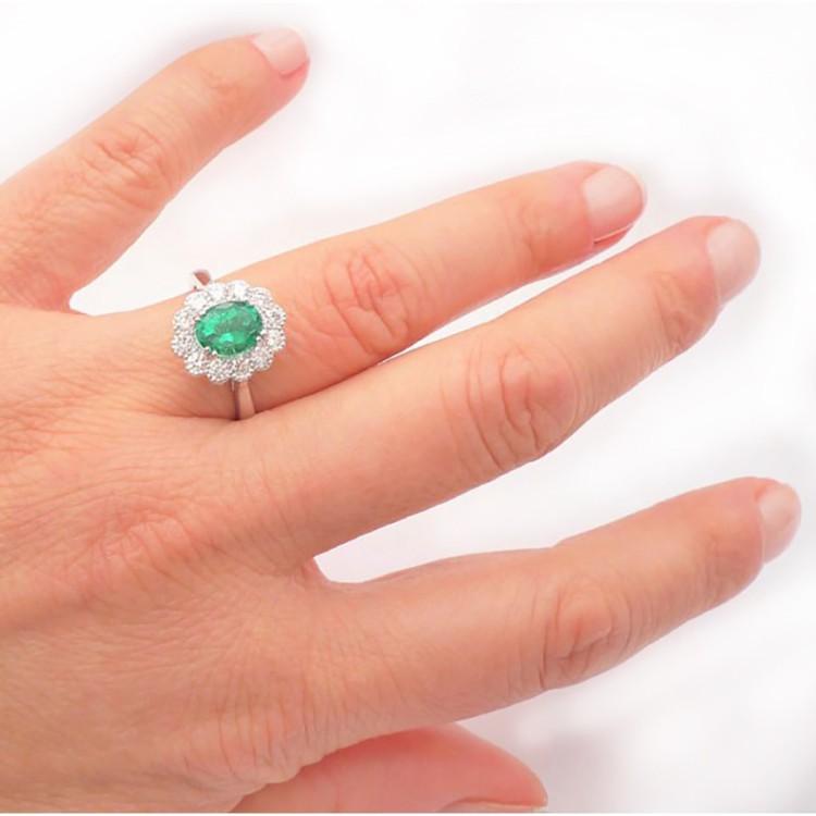 anillo esmeralda y brillantes mano