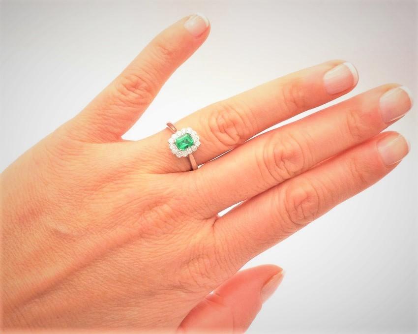 anillo esmeraldas con orla de brillantes