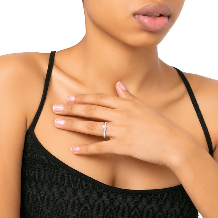 anillo con diamante central en mano SIDNEY SR 6