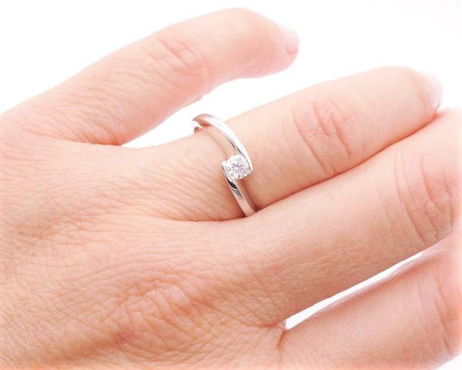 anillo compromiso mano