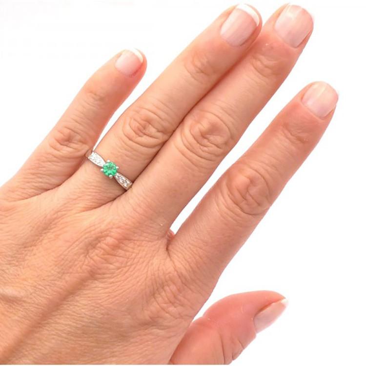 anillo de esmeralda compromiso mano