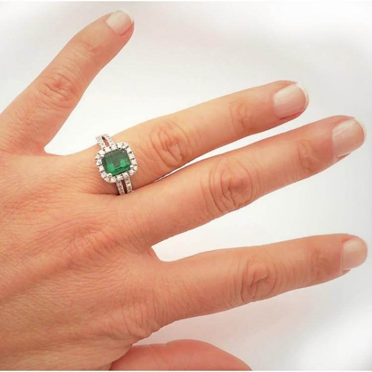 anillo esmeralda colombiana mano