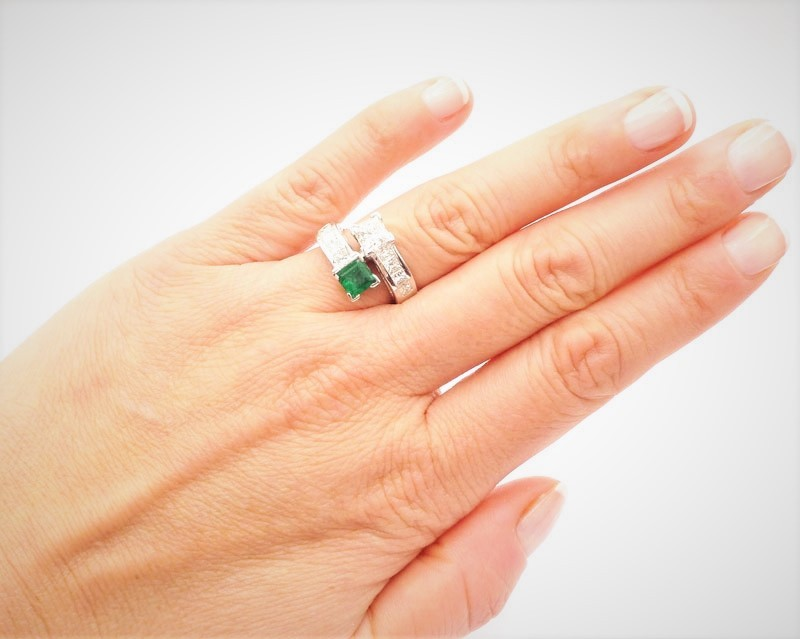 anillo piedras preciosas mano