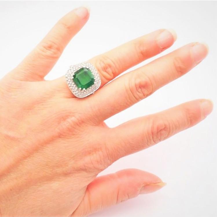 anillo esmeralda cuadrada mano
