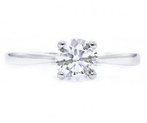 anillo de oro y diamantes de compromiso