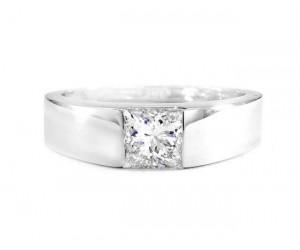 anillo con diamante de talla princesa