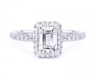anillo compromiso con diamante de talla esmeralda