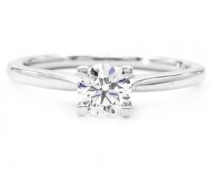 anillo pedida con un diamante