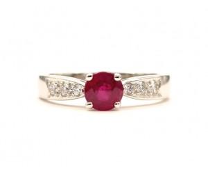 anillo con rubi redondo