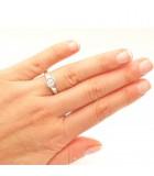 anillo diamante en chatón en mano