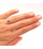 anillo con diamantes y rubi central mano