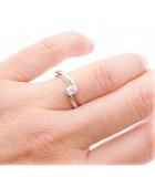 anillo moderno compromiso mano
