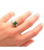 anillo esmeralda y taypers mano