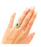 anillo esmeralda con diamantes mano