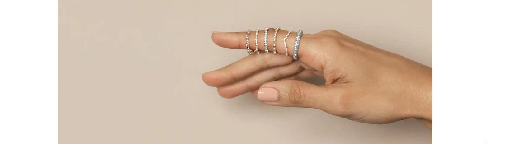selección de joyas y alianzas de boda clásicas